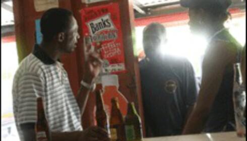Fred? Cricket? Alt diskuteres i en rum shop  (Foto: Dag Yngve Dahle).