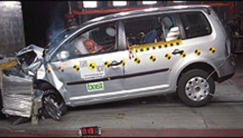 33 POENG: Volkswagen Touran fikk setebeltevarsler i passasjersetet og fikk dermed sin femte stjerne.
