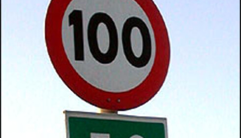 Kjører du 135 kilometer i timen forbi dette skiltet kan det fra 1. januar koste deg 6.000 kroner samt to prikker på førerkortet.