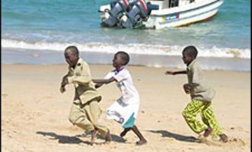 BARN: Et av kjennetegnende ved Dakar, er de mange og glade barna. Milevis med strender gir fine forhold for fotball-spill, noe som kanskje har medvirket til at Senegal nå har et av Afrikas beste landslag.