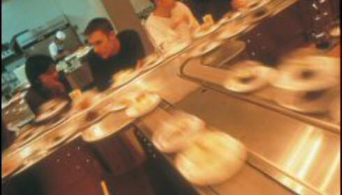 <strong>Full fart i svingene:</strong> Samlebåndsushi er populært i London. Foto: Yo! Sushi