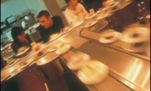 Full fart i svingene: Samlebåndsushi er populært i London. Foto: Yo! Sushi