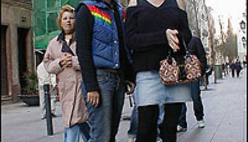 Miniskjørt, tights og flate pumps, slik var det i 1985 og slik har det blitt også i 2004.  Foto: Inga Holst