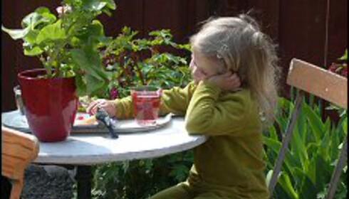 Ingenting er som et glass med rød saft en vårdag på Skansen. Foto: Cecilie Leganger