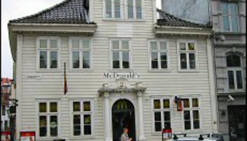 Det er vakkert i Bergen. Til og med McDonald's er pen. Denne finner du på Vetrelidsalmenningen, mellom Bryggen og Fløibanen. Foto: Elisabeth Dalseg Foto: Elisabeth Dalseg