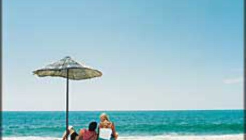 <i>-Halla! Hvor er du'a? Jaja... Nei jeg? Jeg ligger på en strand i Spania jeg, med gubben ved min side, og ...</i> <br /> Er du smart kan du spare penger på skrytesamtalene hjem. Foto: Star Tour