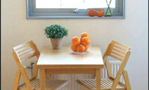 HELHETLIG: Her har huseier ryddet vekk noen kjøkkenstoler, og tatt opp det oransje fra lysestakene i vinduet i noen appelsiner i en fruktskål. Foto: Ragnhild Skåle Hetland Foto: Ragnhild Skåle Hetland