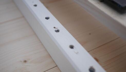 BORDPLATEN PÅ PLASS: Skruene skal gå to tredeler inn i benkeplaten. FOTO: Simen Søvik