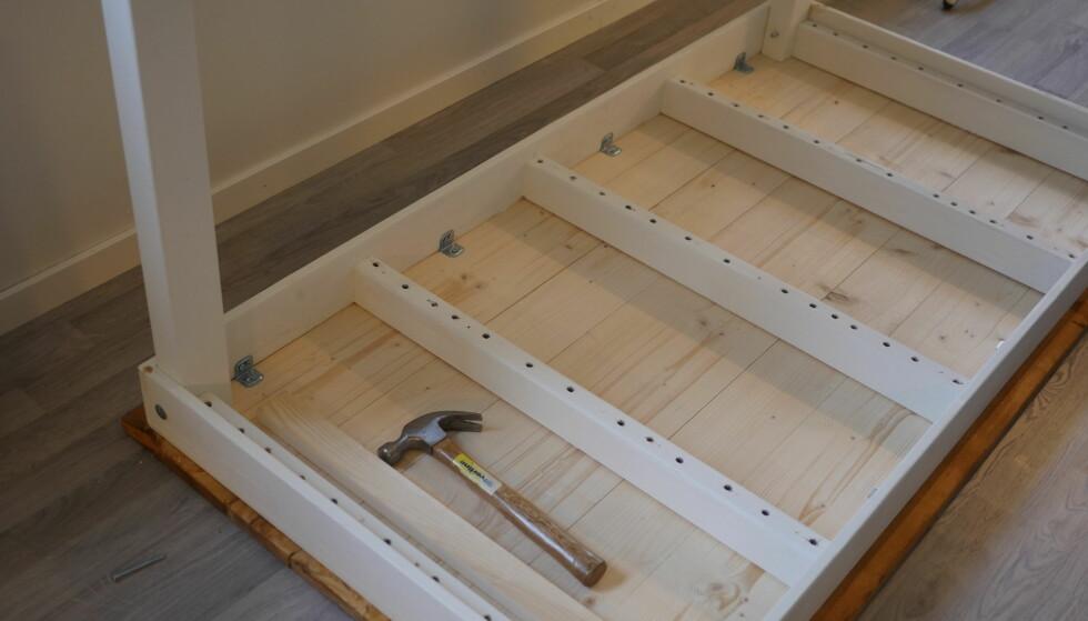 SNART I MÅL: Det kan være trangt når bordbeina skal på plass. Du kan bruke en hammer, bare du er forsiktig. FOTO: Simen Søvik
