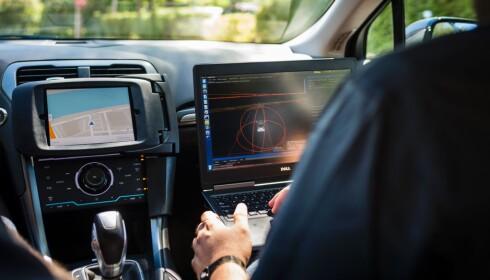 MONITOR: Ved hjelp av en monitor kan journalistene se hvordan bilen arbeider langs veien. FOTO: AFP