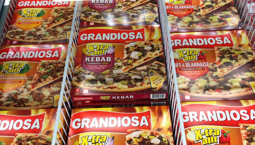 BILLIGERE GRANDIOSA I SVERIGE: Ikke bare har de andre varianter i frossenpizzadisken i Sverige, men det er også mye billigere. Foto: KRISTIN SØRDAL