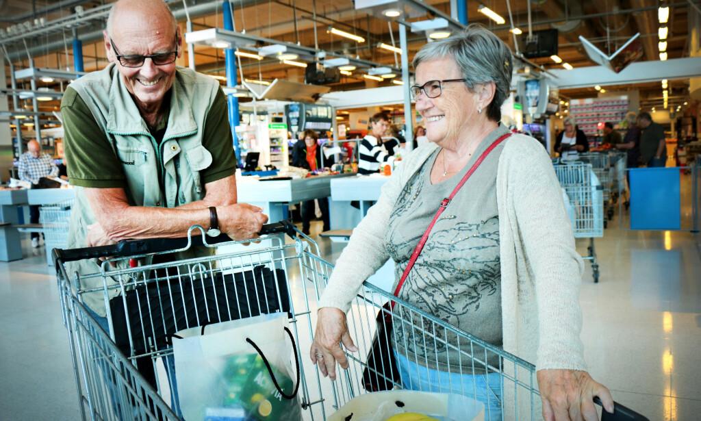 BILLIGERE Å HANDLE I SVERIGE: Egil og Evy Fjellstad bor i Ski og handler endel i Sverige. De tipser om at Activia yoghurt, frukt, grønnsaker, brus og øl er billigere i Sverige. Foto: OLE PETTER BAUGERØD STOKKE