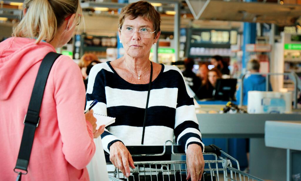 EGG OG OST: Agnete Birkrem kjøper egg og oster i Sverige, samt drikke, mel og vaskemidler. Foto: OLE PETTER BAUGERØD STOKKE