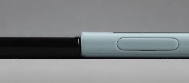 Her ser du tykkelsen sammelignet med Sonys toppmodell, Xperia XZ.