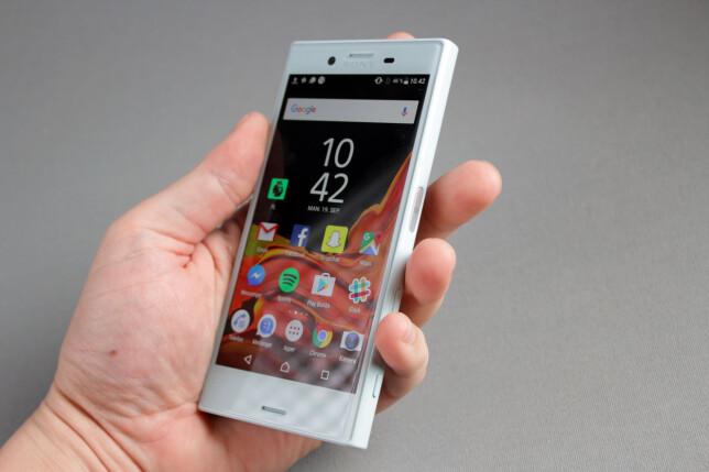 HØYRE SIDE: Som på øvrige Sony-telefoner er fingeravtrykksleseren plassert på høyre kant. Med en såpass smal telefon går det allikevel greit å nå den med venstre lang- eller pekefinger. Foto: Pål Joakim Pollen