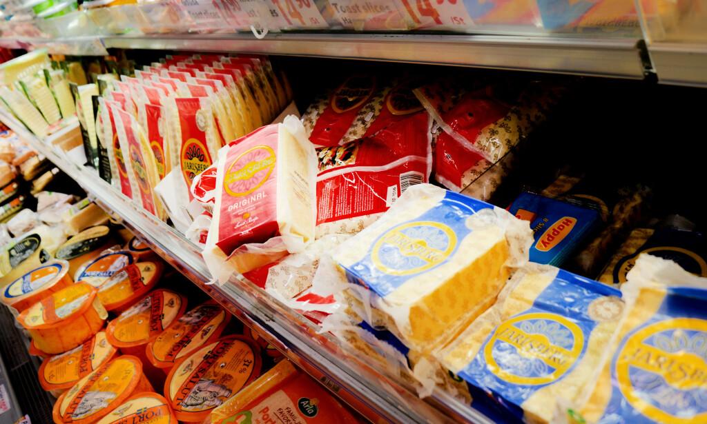 DETTE ER DET BILLIGERE Å HANDLE I SVERIGE: Det er mye billigere å kjøpe Jarlsberg i Sverige. Noe av forklaringen er at den er laget av EU-melk i EU, i motsetning til Jarlsberg-osten som selges i Norge, som er laget av norsk melk i Norge. Foto: Ole Petter Baugerød Stokke