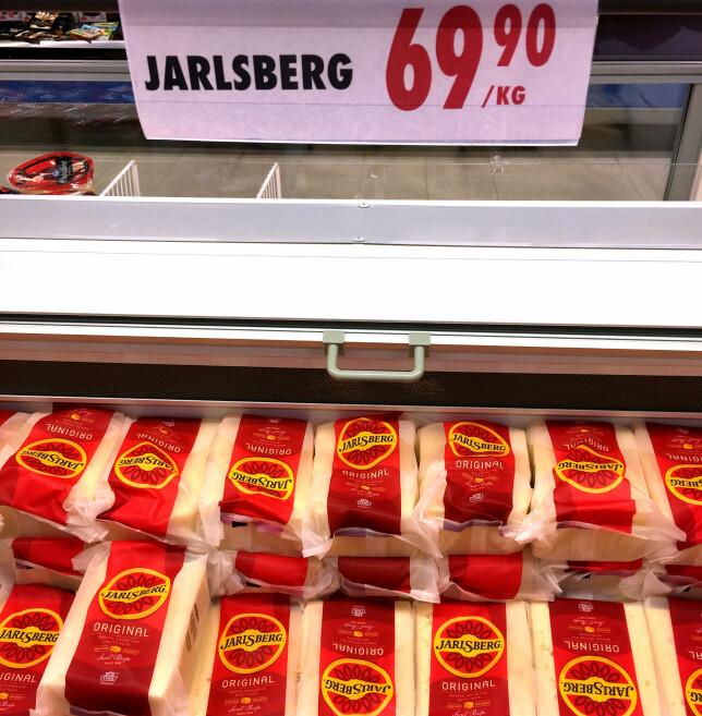 45 PROSENT BILLIGERE: Skorpefri Jarlsberg er 45 prosent billigere i Sverige, sammenliknet med prisen i norske lavprisbutikker. Og det er enda mer å spare på vellagret Jarlsberg: Den er 55,5 prosent billigere i Sverige enn i Norge. Foto: Kristin Sørdal