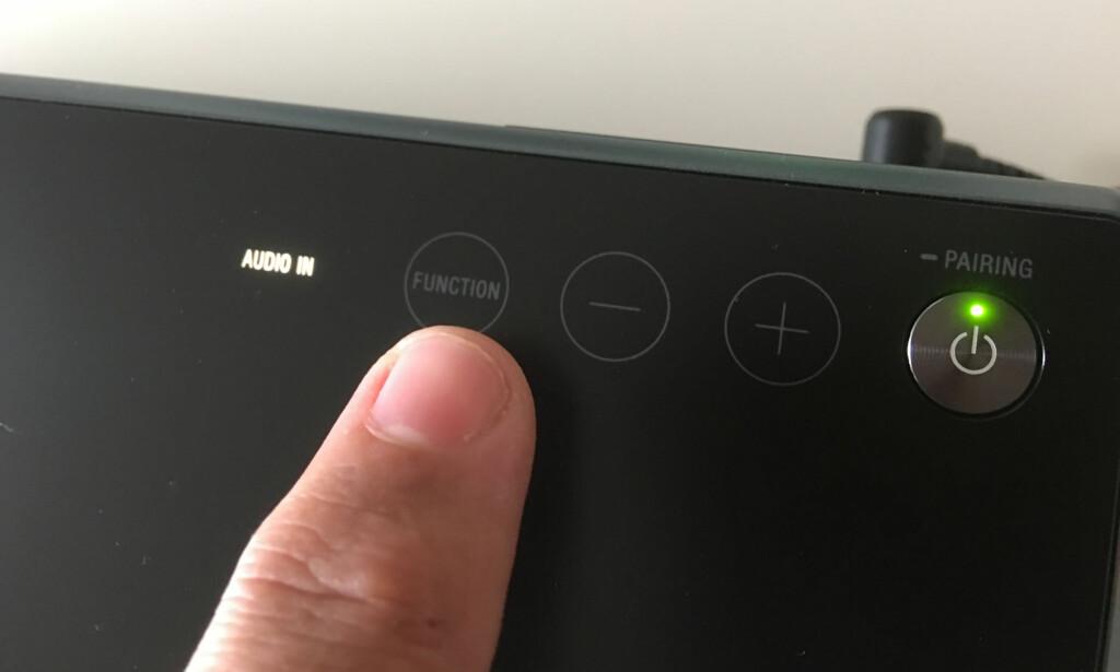 BETJENING: Velg kilde ved å trykke på Function-knappen. Pluss og minus justerer volumet. Foto: Bjørn Eirik Loftås