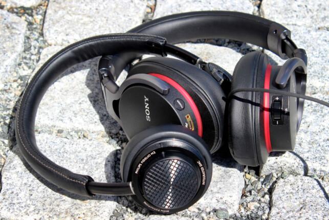 ALLEREDE HER: Sony Sony MDR-1ADAC og Philips Fidelio M2(L) selges i norske butikker for henholdsvis 2.000 og 2.700 kroner. Foto: Ole Petter Baugerød Stokke