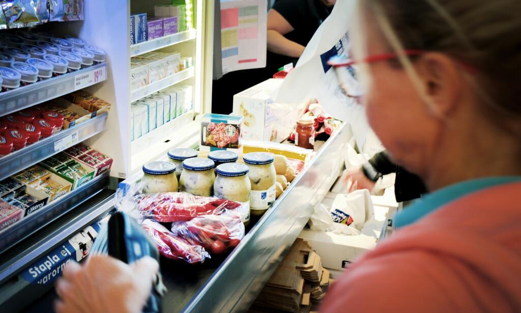 LEVÉR KUPONGENE I KASSA: Du må huske å levere rabattkupongene i kassa, hvis ikke må du betale full pris. Foto: Ole Petter Baugerød Stokke