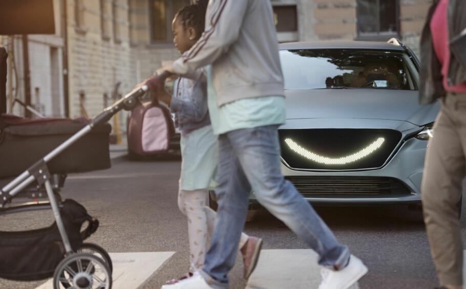 FREMTIDEN? Med selvkjørende biler kan det bli vanskelig å se om bilen har sett deg eller ikke. Semcon kan ha løst problemet med et smil! Foto: Semcon