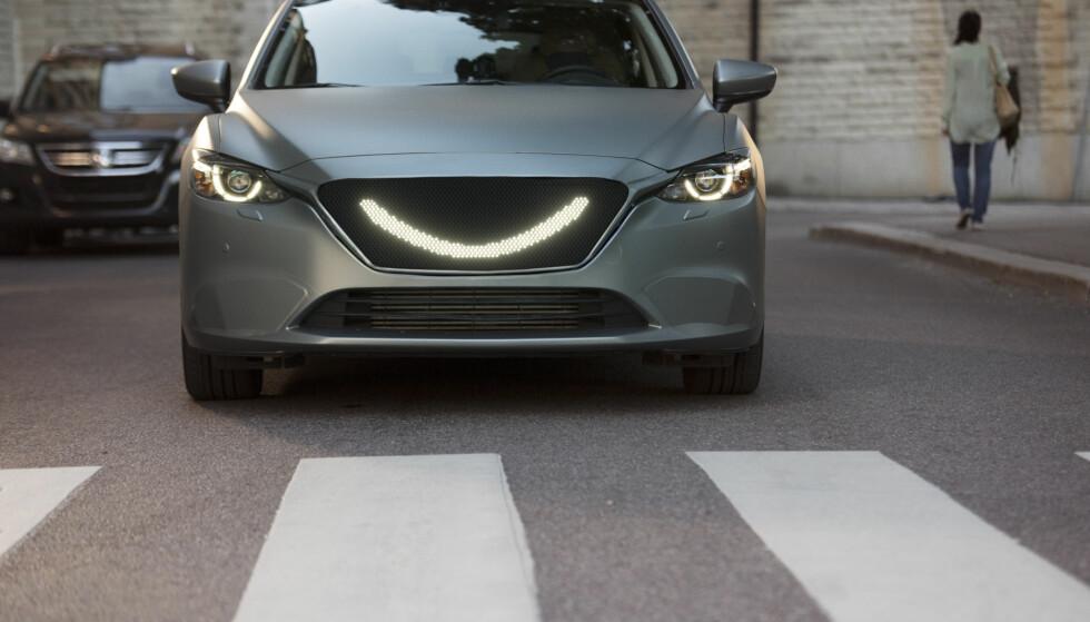 SMIL: Ved å gi fotgjengeren et smil skal bilen fortelle deg at det er trygt å passere. Foto: Semcon