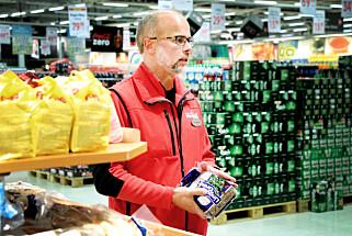 GRATIS PENGER: - Hyllekantkuponger er gratis penger, hevder Ole Jørgen Lind ved Maximat Nordby. Foto: Ole Petter Baugerød Stokke