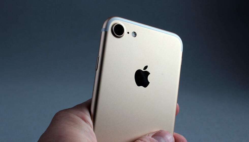 NYTT KAMERA: Nå har iPhone 7 fått et vesentlig mer lyssterkt objektiv. Med blenderåpning på f/1,8 slipper det inn 50 prosent mer lys enn forgjengerne. Foto: Pål Joakim Pollen