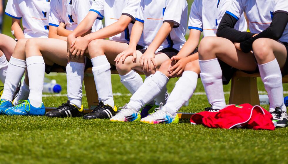 PÅ BENKEN? Barn ned i 8-10-årsalderen blir splittet i A-lag og B-lag, og lag toppes for å vinne. En skikkelig seier for folkeidretten, det altså! Foto: matimix / Shutterstock / NTB scanpix