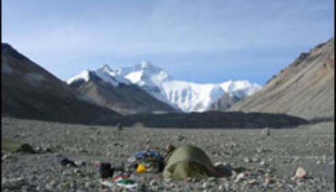 Everest: Solen titter omsider frem i basecamp, og vi får det godt og varmt. Legg merke til hvor tomt det er i BC.