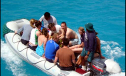 Besøkende spiser og sover på båter, og tar dagsturer inn til øyene. Foto: Ida Andreassen og Jacob Holmboe
