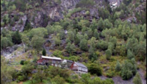 Gårdene klamrer seg fast i fjellskrenten ved Geirangerfjorden.