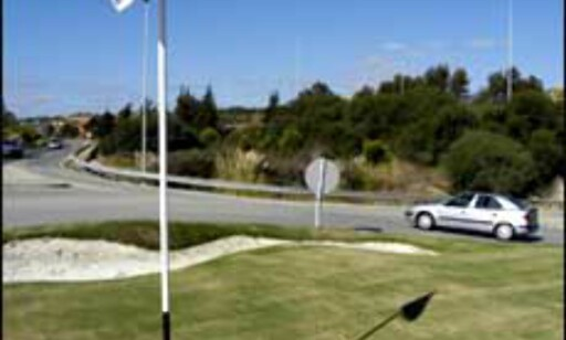Bil på golfbanen? Nei, her er rundkjøringene laget så de likner golfbaner. Foto: Vibeke Montero