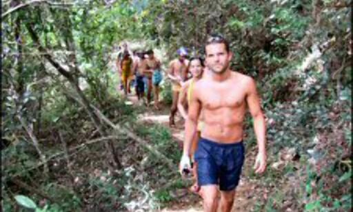 Svett marsj gjennom regnskogen på vei mot fossen.