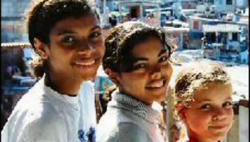 Disse jentene er heldige som går på skole selv om de bor i favelaen.  Foto: Favela Tour