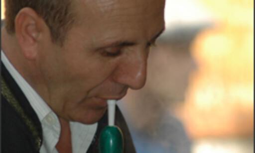 En piperøyker inntar innhalerings-  stillingen - hodet litt på skeive og et godt tak rundt slangen.