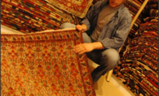 Sadi viser frem et teppe han nettopp har kjøpt fra landet.