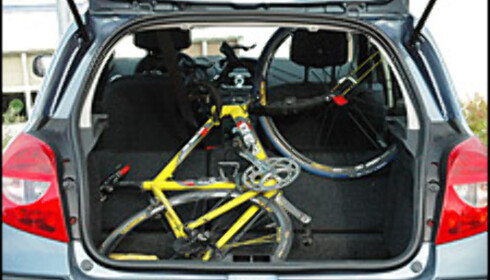 Clio er en romslig småbil, med god plass til å skyve forsetene bakover også når baksetene er nedfelt. Det er ikke tilfelle i alle småbiler. Her med sykkel som gikk rett inn.