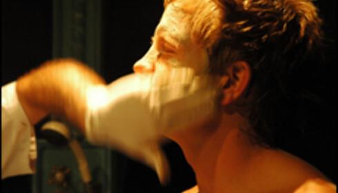 Leire smøres inn i både ansikt og på kropp...det er bra for huden.