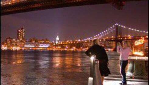 Les innsidetipsene, og fall i færre turistfeller. Disse to jentene har oppdaget panoramautsikten mot Manhattan fra Brooklyn.