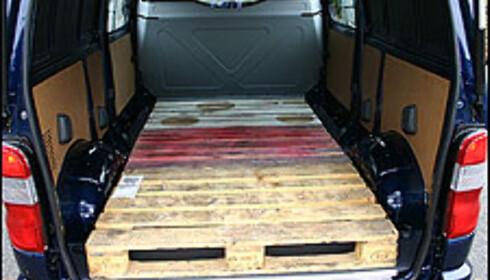 På lang modell kan tre paller ligge etter hverandre selv om komfortveggen tar litt plass i varerommet.