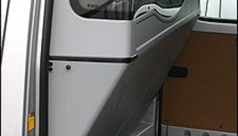 Komfortskillevegg gjør plassen bak rattet god. I tillegg gir det store vinduet god sikt bakover.