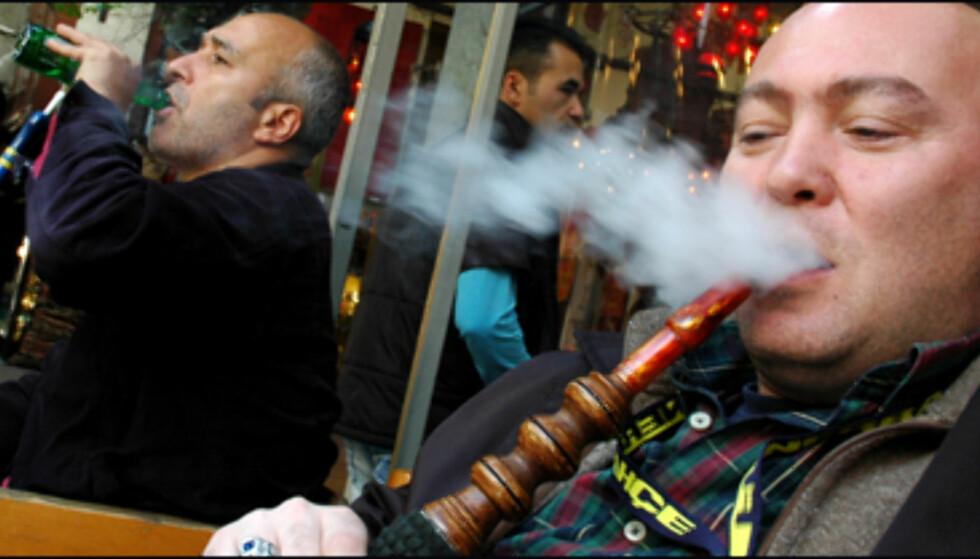 En blås i på lokale røykebuler er typisk Istanbul.
