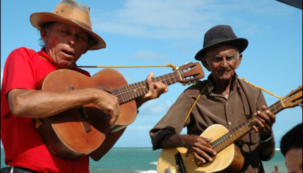 Musikanter spiller opp til samba i Porto de Galhinas.