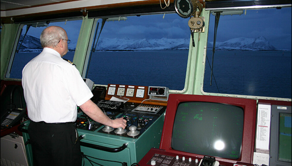 Olav Nybdalseng styrer inn mot Risøyrenna. Foto: Dag Erik Grøtnæs