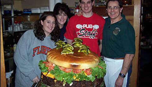 Leigey-familien poserer med verdens største hamburger fra familierestauranten. Foto: Denny's Beer Barrel Pub