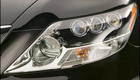 Den superavanserte hybridbilen Lexus LS 600h var i 2007 verdens første bil med diodebasert nærlys.