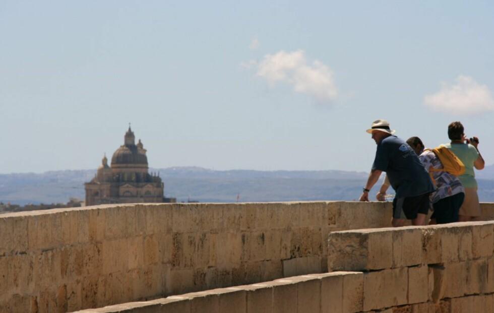 Noen turister nyter utsikten mot byen Victoria fra The Citadel. Foto: Marte Okkelmo