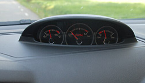 Målere for turbo- og oljetrykk og -temperatur sitter på toppen av dashbordet Foto: Cato Steinsvåg
