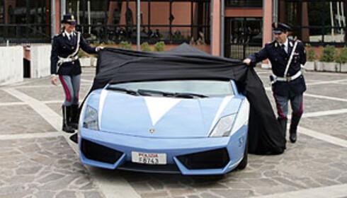 Her avdukes politiets nye Lamborghini ved en overrekkelsesseremoni foran innenriksministeriet i Roma.